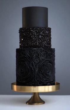 The choice of a wedding cake is an important moment in preparation for the celebration. It should not only be very tasty, but also memorable. If you want to surprise your guests, then a black wedding cake is a great idea. 3 Tier Wedding Cakes, Black Wedding Cakes, Wedding Cake Designs, Green Wedding, Fruit Wedding, Wedding Colors, Burgundy Wedding, Black And Gold Birthday Cake, Floral Wedding