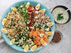 Snabblagad vegetarisk pastasallad med vita bönor, ägg och massor av härliga grönsaker. Serveras med paprikarostade solrosfrön samt en god senapsdressing med gräslök. Perfekt picknickmat som är enkel att ta med sig för den är lika god kall eller ljummen.