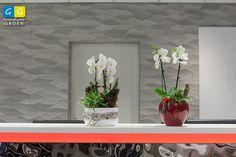 Twee verschillende orchideeën in twee verschillende potten. De een met een strakke vormgeving, de ander met een country stijl.