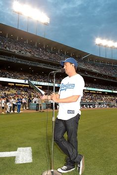 Matthew Perry announces the #Dodgers starting lineup