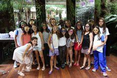 Por aqui, recebemos um tipo diferente de encontro de garotas – algumas meninas convidando as amigas para comemorem com elas o aniversário!