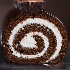 Giant Hostess Cake Swiss Roll: Ingredients - cup cocoa powder- cup flour- tsp salt- 1 tsp baking powder- tsp instant coffee- 4 eggs- cup sugar - 1 stick butter- cup v Swiss Roll Cakes, Swiss Cake, Food Cakes, Cupcakes, Cupcake Cakes, Köstliche Desserts, Dessert Recipes, Marshmallow, Hostess Cakes