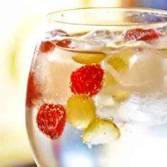 Gin tonic de G'Vine con frambuesas, uvas y tónica Fever-tree