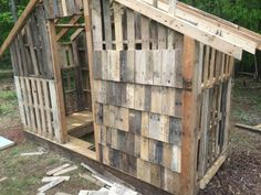 Chicken Coop - - Very nice pallet coop! I like how they are cut and placed like shingles Building a chicken coop does not have to be tricky nor does it have to set you back a ton of scratch. Cheap Chicken Coops, Chicken Coop Pallets, Diy Chicken Coop Plans, Portable Chicken Coop, Backyard Chicken Coops, Building A Chicken Coop, Chickens Backyard, Chicken Coop Designs, Pallet Coop