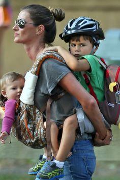 Mamãe canguru! Gisele Bündchen carrega filhos em dia de passeio Top foi fotografada com Vivian e Benjamin em Boston, nos Estados Unidos, na sexta-feira, 30.