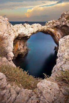Arco degli innamorati, presso la tonnara di Santa Panagia. Siracusa Sicilia
