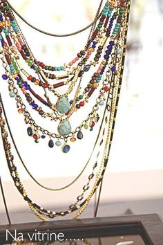 Meninas, o colar colorido do look já está disponível na loja virtual. Caso desejem adquirir o colar longo também, deixe mensagem inbox que retornamos, pois ele está disponível na loja física. www.lojagracealmeida.com.br
