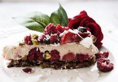 ( Raw frozen raspberry and strawberry pie with coconut , for english text scroll down)   God morgon! Hade ni en bra lördag? Såg ni inlägget om min Bärkompott med crunch och söt kola i fredags?…