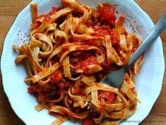 Przepisy FIT: pełnoziarniste tagliatelle w aromatycznym sosie na bazie pomidorów