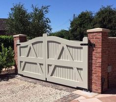 Look at this exciting country driveway - what an ingenious theme Wooden Electric Gates, Double Wooden Gates, Double Gate, House Front Gate, Front Gates, Entrance Gates, Front Gate Design, House Gate Design, Fence Design