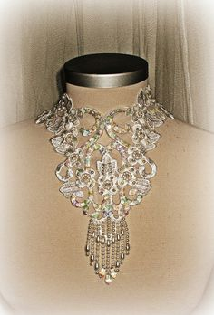collier fait avec de la dentelle, crochet, perles, perles et paillettes