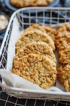 vegan oat cookies in a basket Vegan Oat Cookies, Oatmeal Cookies, Chocolate Christmas Cookies, Chocolate Crinkle Cookies, Oats Recipes, Sweet Recipes, Vegan Recipes, Easy Snacks, Quick Easy Meals