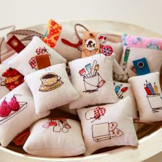 Learn how to make this darling pin cushions. Photo tutorial. thanks so for share xox ☆ ★ https://www.pinterest.com/peacefuldoves/