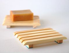 Diy soap dish holder home Super ideas Diy Furniture Projects, Woodworking Projects Diy, Diy Wood Projects, Wood Crafts, Diy Soap Dish Holder, Wood Soap Dish, Diy Table Saw, Wood Carving Patterns, Kitchen Stickers
