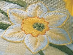 embroidery daffadills | Golden daffodils tablecloth | TheMakingSpot