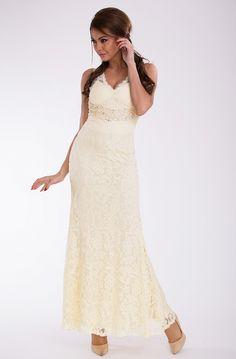 Długa suknia pokryta koronką ozdobiona kamieniami #modadamska #moda #sukienkikoktajlowe #sukienkiletnie #sukienka #suknia #sukienkiwieczorowe #sukienkinawesele #sukienkikoronkowe #allettante.pl