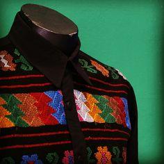 Camisa de algodón con aplicación de textil de la zona de Amusgoz, Oaxaca. #ManosDeLuz #Oaxaca #artesanías #arte
