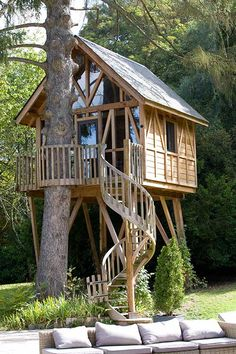 This Tree House Design Ideas For Adult and Kids, Simple and easy. can also be used as a place (to live in), Amazing Tiny treehouse kids, Architecture Modern Luxury treehouse interior cozy Backyard Small treehouse masters Tree House Designs, Tiny House Design, Lyons La Foret, Tree House Interior, Building A Treehouse, Backyard Treehouse, Treehouse Ideas, Interior Design Plants, Tree House Plans