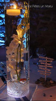 Décoration de mariage, fleurs immergées, vase haut lumineux, poisson rouge. Décoration : Fêtes un Voeu - Normandie. Vase Haut, Deco Table, Lava Lamp, Glass Vase, Table Lamp, Candles, Flowers, Home Decor, Laurence