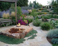 Mediterraner Garten, Feuerstelle, Stein, Holzbank, Pflanzen, Lavendel,  Steinplatten