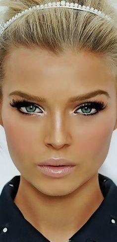 Maquiagem - loira de olhos verdes e batom rosa