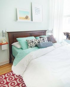 White bedding, turquoise sheets / Apartment Therapy