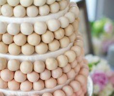 Een torenhoge taart van cakeballs