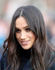 Meghan Markle Photos - Prince Harry and Meghan Markle leave Social Bite cafe in Rose Street on February 2018 in Edinburgh, Scotland. - Prince Harry and Meghan Markle Visit Edinburgh Meghan Markle Hair, Meghan Markle Style, Meghan Markle Today, Prince Harry And Megan, Harry And Meghan, Prince Henry, Divas, Meghan Markle Photos, Sussex