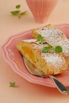 Ein Pfirsich müsste man sein! Denn dieser schmiegt sich an eine cremige Topfenfüllung und feinen Blätterteig. Dank QimiQ Saucenbasis ist ein problemloses Wiedererwärmen möglich. Strudel, French Toast, Pudding, Yummy Food, Breakfast, Desserts, Recipes, Proper Tasty, Peaches