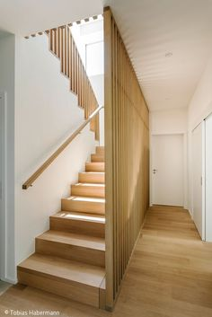Wonderful Wooden Staircase Design Ideas For Branching Out Wooden Staircase Railing, Modern Stair Railing, Stair Railing Design, Home Stairs Design, Modern Stairs, Wood Stairs, Interior Stairs, House Stairs, Railing Ideas