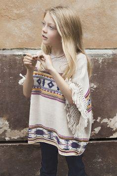 Boho chic com poncho. Dica pro inverno. #kidsfashion #moda #modainfantil