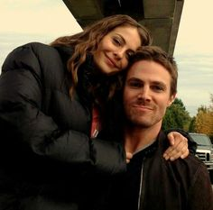 Stephen Amell and Willa Holland (Oliver & Thea)