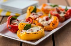 Des moitiés de poivrons farcies d'une combinaison de garnitures préférées: tomates, basilic et mozzarella et grillées.