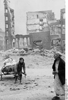 1942 Stalingrader Schlacht . In erbitterten, beiderseits verlustreichen Kämpfen wehrte die Rote Armee das weitere Vordringen der faschistischen Truppen ab. Während der sowjetischen Gegenoffensive im November 1942 wurden über 300 000 Mann eingeschlossen. Die Reste dieser Verbände, etwa 91 000 Mann, kapitulierten Anfang 1943. Am 23.8. begann die deutsche Luftwaffe mit der massiven Bombardierung Stalingrads; zwei Frauen mit den Resten ihrer Habe am 24.8.1942 auf der Flucht aus dem Kessel