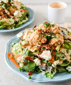 crunchy Buffalo Chicken Salad  4 slices	 Bacon, cooked 2 2/3 tbsp	 Buffalo wing sauce 1	 Chicken 2	 Chicken breasts, boneless skinless 6 cups	 Butter lettuce 1	 Carrot 4	 Chives 4	 Green onions 1/2 tsp	 Onion powder 1 big handful	 Snap peas Gekoeld  2	 Egg whites Specerijen  1 tbsp	 Blue cheese dressing, creamy 1	 Dressing 6 tbsp	 Ranch dressing Bakken en specerijen  1 tbsp	 Flour 1/4 tsp	 Pepper 1/4 tsp	 Salt 1/3 cup	 Breadcrumbs, seasoned fine 1 cup	 Panko bread crumbs 2 oz	 Gorgonzola…
