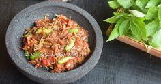 Blog Diah Didi berisi resep masakan praktis yang mudah dipraktekkan di rumah. Indonesian Sambal Recipe, Indonesian Cuisine, Indonesian Recipes, Sambal Sauce, Spicy Sauce, Diah Didi Kitchen, Cooking Recipes, Kitchen Recipes, Food And Drink