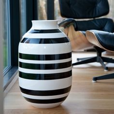 The wide black stripes on the bulky Omaggio vase have been carefully painted by hand. The classic and timeless 50 cm large vase is a delight to the eye.