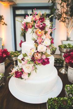 Bolo de casamento branco com quatro andares, flores de açúcar em tons de rosa, pink, off white e branco.Foto: Nelson Neto