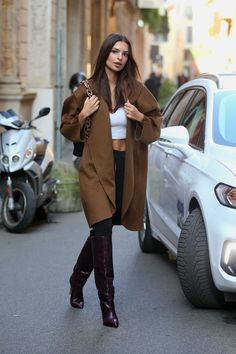 Emily Ratajkowski Street Style in a Narrow Dark Burgundy Leather Knee High Boots Out And About in Milan, Autumn Winter Emily Ratajkowski Style, Emily Ratajkowski Boots, Fall Winter Outfits, Autumn Winter Fashion, Emrata Instagram, Modell Street-style, Look Formal, Winter Stil, Look Street Style