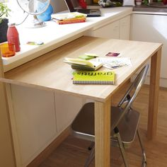 Pratique, cette table coulissante ! Alors ca, c'est une super idee pour la cuisine!!!!! Leroy Merlin Modular Furniture, Kitchen Furniture, Diy Furniture, Furniture Design, Ideas Habitaciones, Hidden Kitchen, Kitchen Storage, Home Kitchens, Home Remodeling
