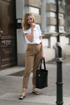 Woolen trousers in camel - fashionmugging. woolen trousers in camel - fashionmugging chic winter outfits Chic Winter Outfits, Casual Work Outfits, Business Casual Outfits, Summer Outfits, Simple Office Outfit, Look Office, Mode Simple, Simple Ootd, Corporate Attire