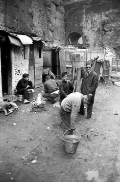 Pier Paolo Pasolini con i ragazi delle baracche. Henri Cartier-Bresson, Rome, Italy,  1959