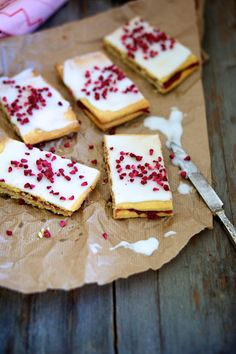 Hindbærsnitter, also known as Danish poptarts! They sound delicious! Sweet Recipes, Cake Recipes, Dessert Recipes, Magic Chocolate Cake, Scandinavian Food, Danish Food, Food Crush, Cake Bars, No Bake Treats