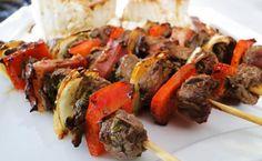 Espetinho de carne gostoso e fácil de preparar! Clique na imagem para conferir a receita e delicie-se!