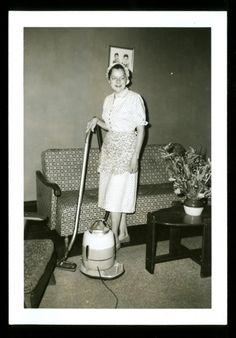 vitnage 1950s housewife with pod vacuum