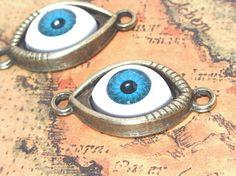 青い目玉のコネクターチャーム 金古美 5個です。少しキモカワな感じの青い眼のドールアイが付いたチャームで台座部分はアンティークな雰囲気のメタルパーツとなります...|ハンドメイド、手作り、手仕事品の通販・販売・購入ならCreema。