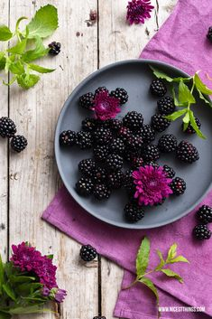 Volvic Blogparade: Blackberry Infused Water / Food Photography / Blackberries, Mint, Dahlias