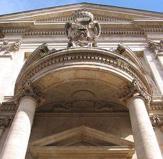 Gian Lorenzo Bernini. San Andrea del Quirinal, Roma. Fachada. Parte inferior de la cornisa y columnas.