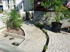 神戸市・北野町の住宅、アプローチのピンコロ石。 Kobe, Patio, Outdoor Decor, Home Decor, Homemade Home Decor, Yard, Porch, Terrace, Interior Design