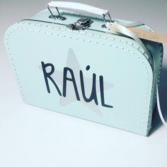 Koffertje Raul met letters van geboortekaartje  #kraamkado #kraamkcadeau #kinderkoffertje #kinderkoffertjes #kadometnaam #geboortekaartje #koffertjemetnaam van www.bepenco.com
